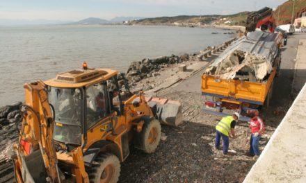 Retirada de la Almadraba la semirrígida varada en la playa