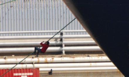 Un mercante regresa al puerto tras detectar a dos polizones del CETI