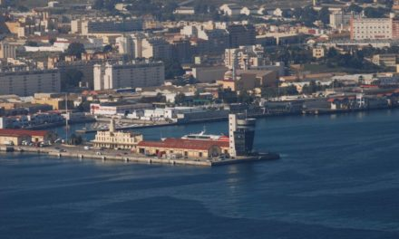 FRS trata de arreglar una avería en el buque que enlaza con Algeciras