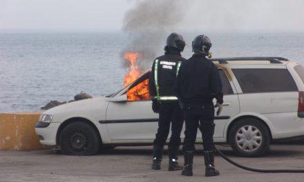 Un coche abandonado arde en el parking de la playa del Chorrillo