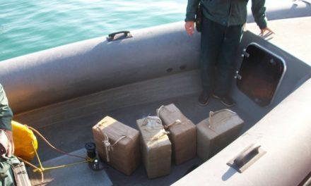 Escapa tras abandonar 125 kilos de hachís en las costas de Algeciras