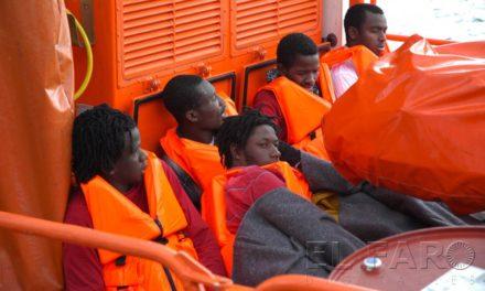 Rescatados seis inmigrantes cuando entraban a nado y en balsa