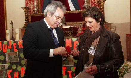 La mujer Manzanera recoge su premio en el Vicente Aleixandre
