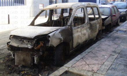 Arden tres coches en la calle Pepe Remigio durante la madrugada