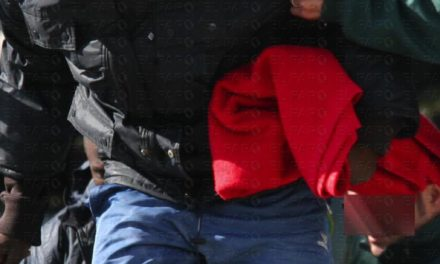La Guardia Civil rescata a seis subsaharianos tras caer de la balsa que ocupaban