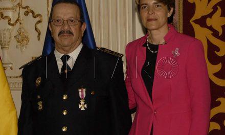 Ángel Gómez devuelve la medalla antes de la celebración del pleno