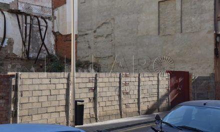 Vecinos y comerciantes exigen la limpieza de un solar en la calle Real