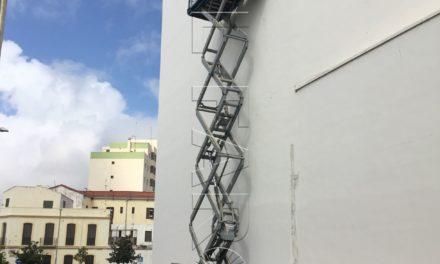 Obimace adecenta  las fachadas del Teatro Auditorio del Revellín