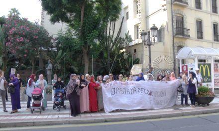 """Parados protestan en  el Ayuntamiento por un trabajo """"digno"""" y un Plan de Empleo """"justo"""""""