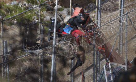 65 inmigrantes encaramados a la valla (Galeria Fotográfica)