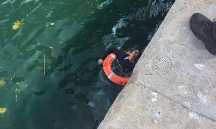 La Policía Portuaria rescata a un inmigrante a punto de ahogarse