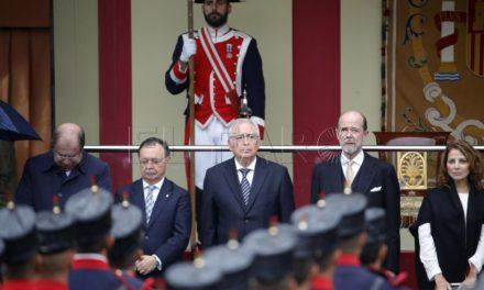 """Vivas dice que ha sentido una """"enorme emoción"""" al ver desfilar a Regulares y ha trasladado a los Reyes la lealtad de Ceuta"""