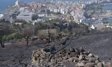 Los bomberos continúan sofocando los rescoldos en el monte Hacho