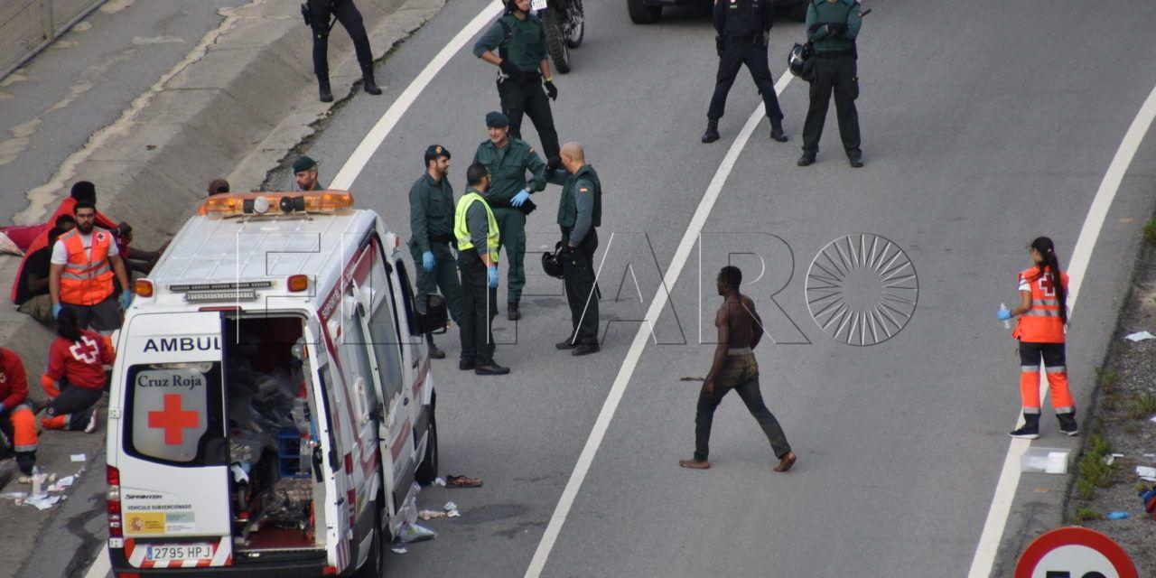 Más de 200 inmigrantes entran en Ceuta tras un intento de grupos que sumaban el doble