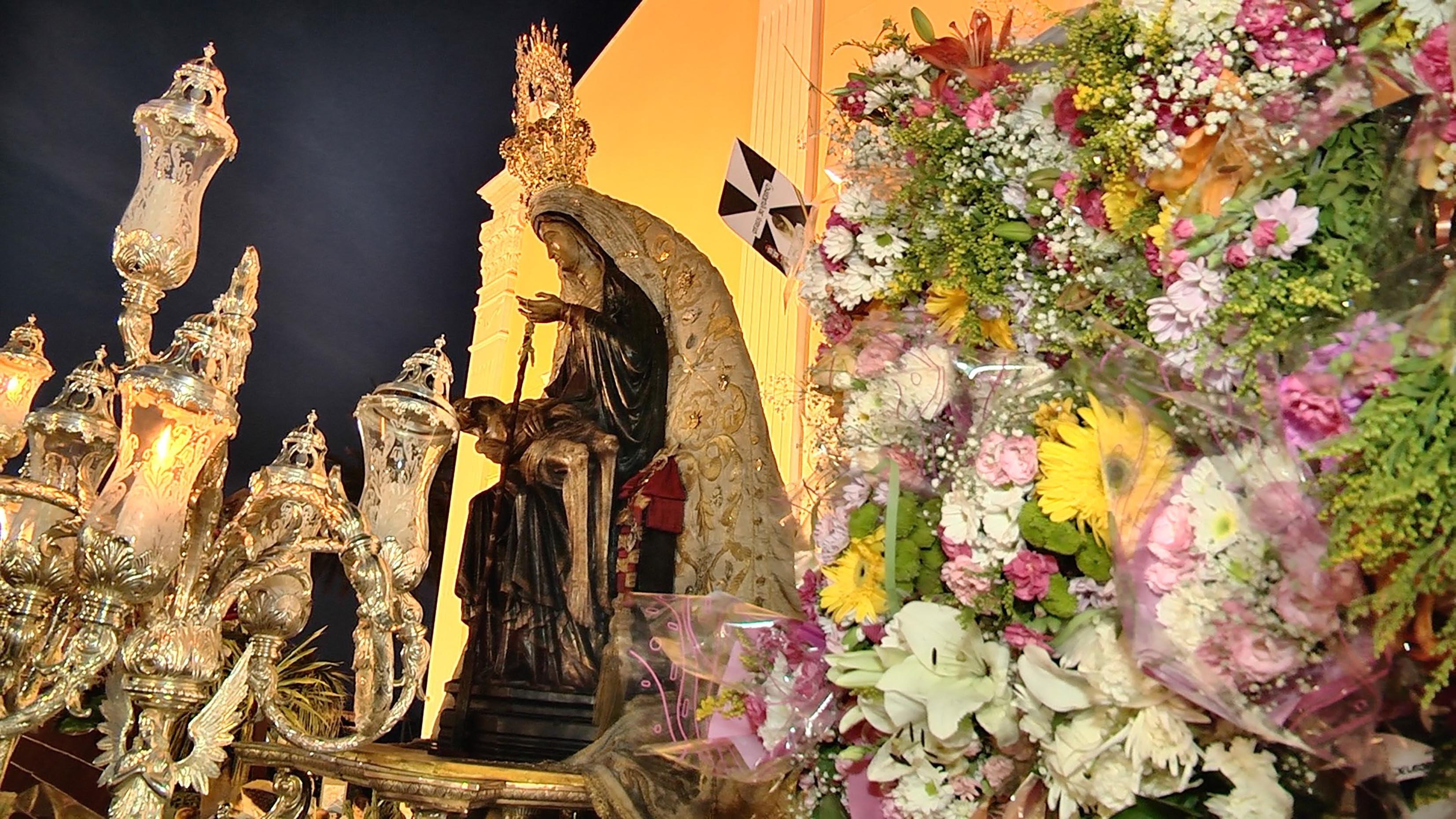 La Patrona volvió a cubrirse de un manto de flores de sus fieles devotos