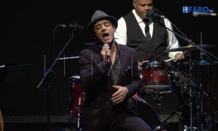 El público ceutí responde a la llamada del artista Tony Zenet en el Auditorio