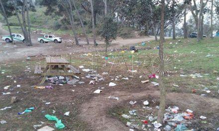 Montes llenos de basura y vegetación dañada, el día después de la Mochila