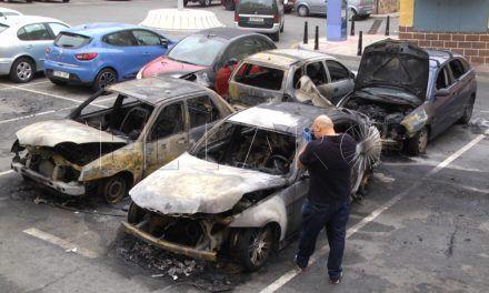 Tres vehículos calcinados y cuatro más afectados de noche en Erquicia
