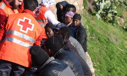 Once inmigrantes llegan a la playa del Sarchal