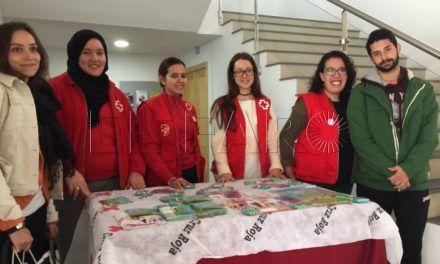 Cruz Roja instala mesas informativas en el Campus por el Día Mundial de la Lucha contra el Sida