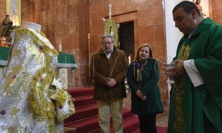 La Virgen del Rocío tiene nueva saya, bendecida en la iglesia de Santa Teresa