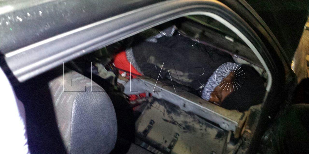 Una mujer y un hombre, rescatados cuando pasaban en dobles fondos de un vehículo por el Tarajal