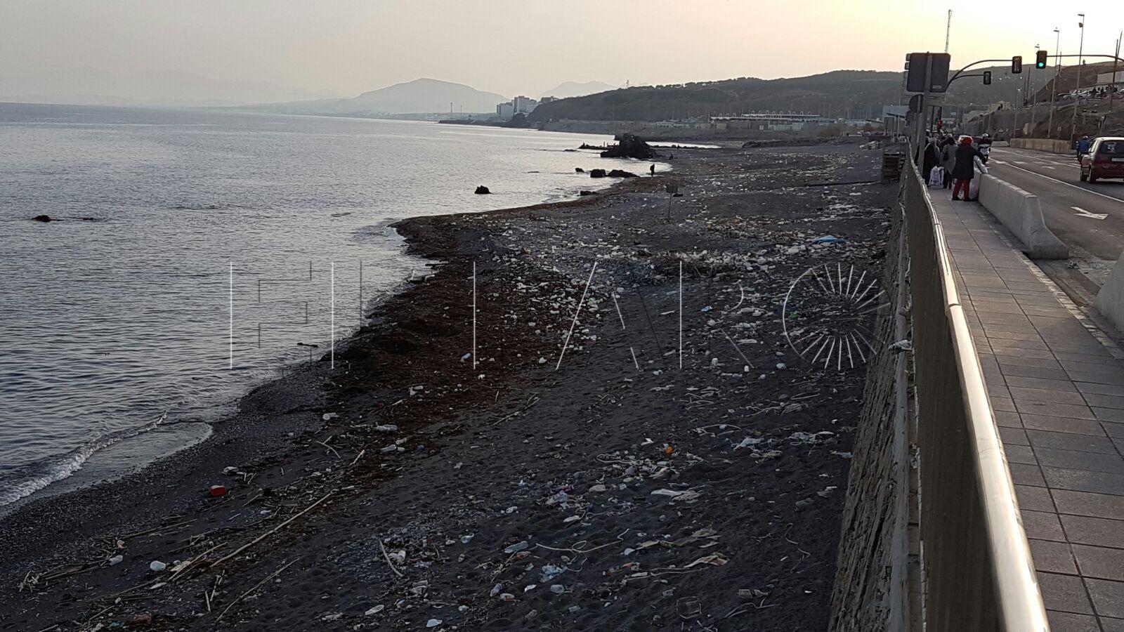 """'Septem Nostra' denuncia la """"lamentable"""" imagen que presenta la playa del Tarajal"""