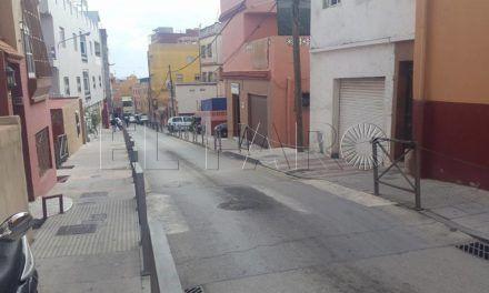 Conductores infractores bloquean el paso de peatones en la calle Rafael Orozco