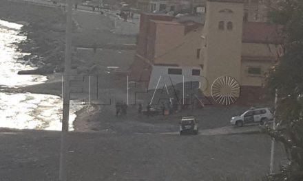 El piloto de una moto de agua cuela a dos subsaharianos y huye por la Almadraba
