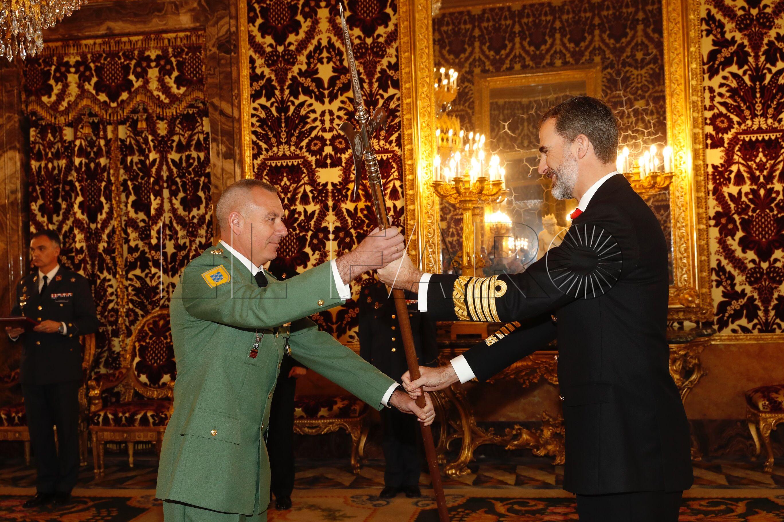 El rey Felipe VI entrega una alabarda al 2º Tercio de la Legión