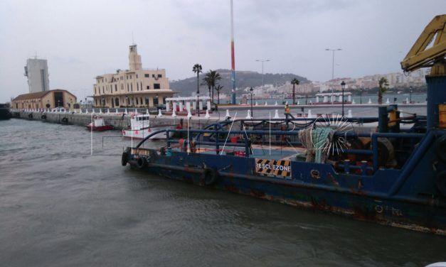 Un buque embargado, a punto de causar destrozos en el antiguo puerto deportivo a causa del temporal