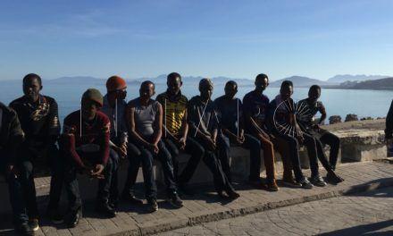 Al menos 17 inmigrantes llegan a la playa de la Almadraba en una embarcación