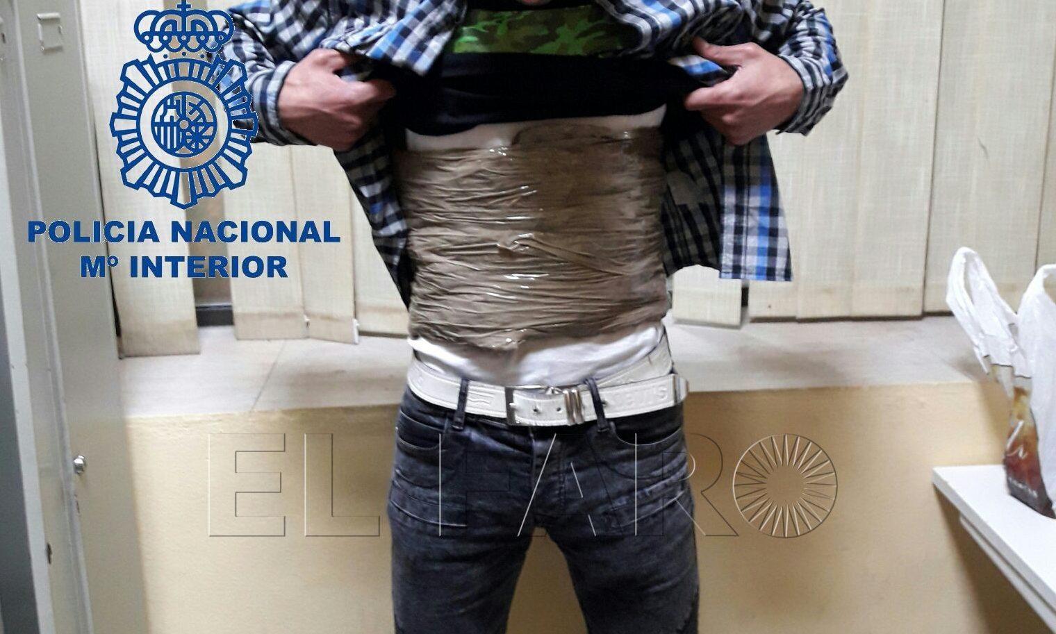 Dos detenidos en el puerto al embarcar 'forrados' de hachís