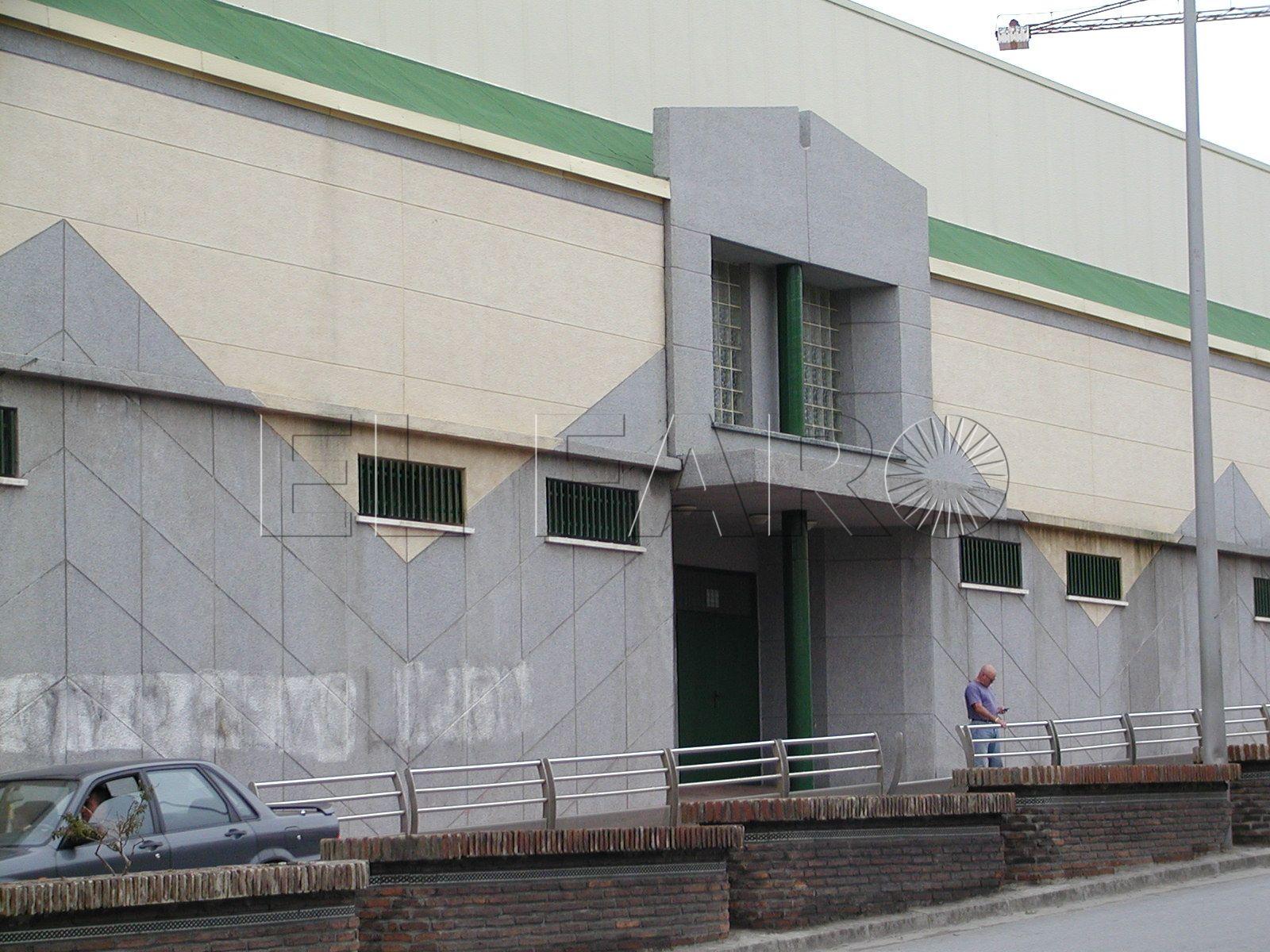 Denuncian la falta de rampas de acceso en el polideportivo Campoamor