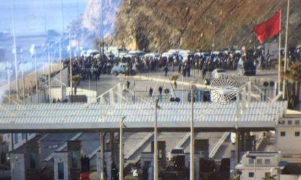 Cientos de porteadores intentan entrar en Ceuta pese al cierre del 'Tarajal II'