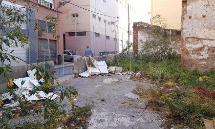 """Vecinos de Alfau y Conrado Álvarez denuncian el """"abandono absoluto"""" de un solar"""