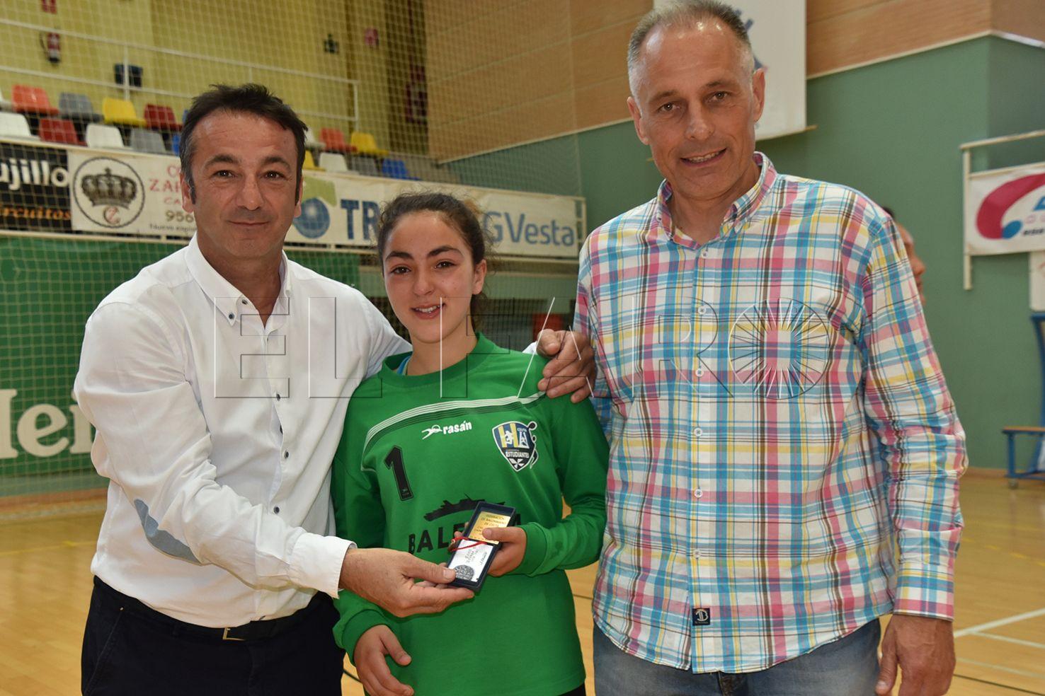 Zeineb sostiene al equipo