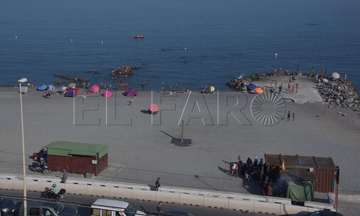 Denuncian las escasas medidas contra las medusas en Tarajal y Almadraba