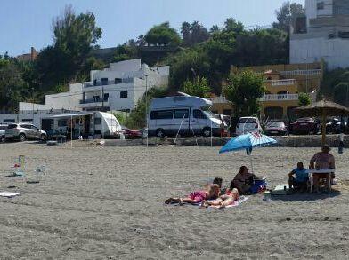 Los usuarios de la playa del Trampolín en Benítez se quejan por el estacionamiento de las autocaravanas