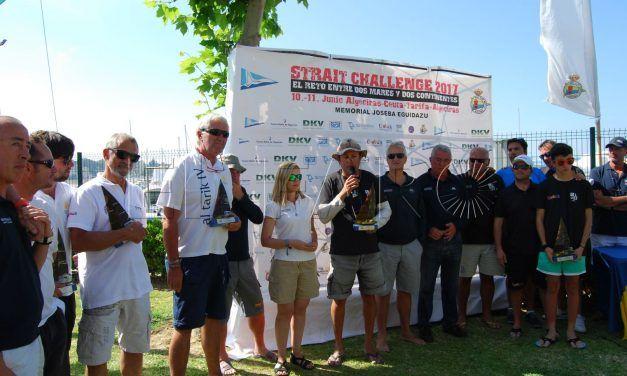 Los ganadores de la IV Strait Challenge rinden homenaje a Joseba Eguidazu en la entrega de trofeos