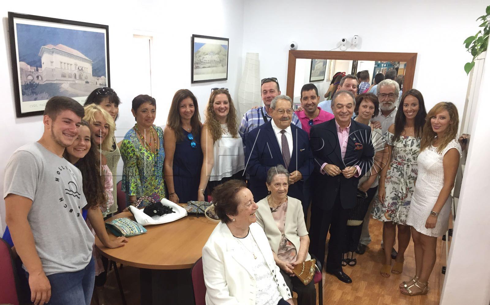 El Colegio Oficial de Agentes Comerciales impone su escudo a Vázquez Bracho