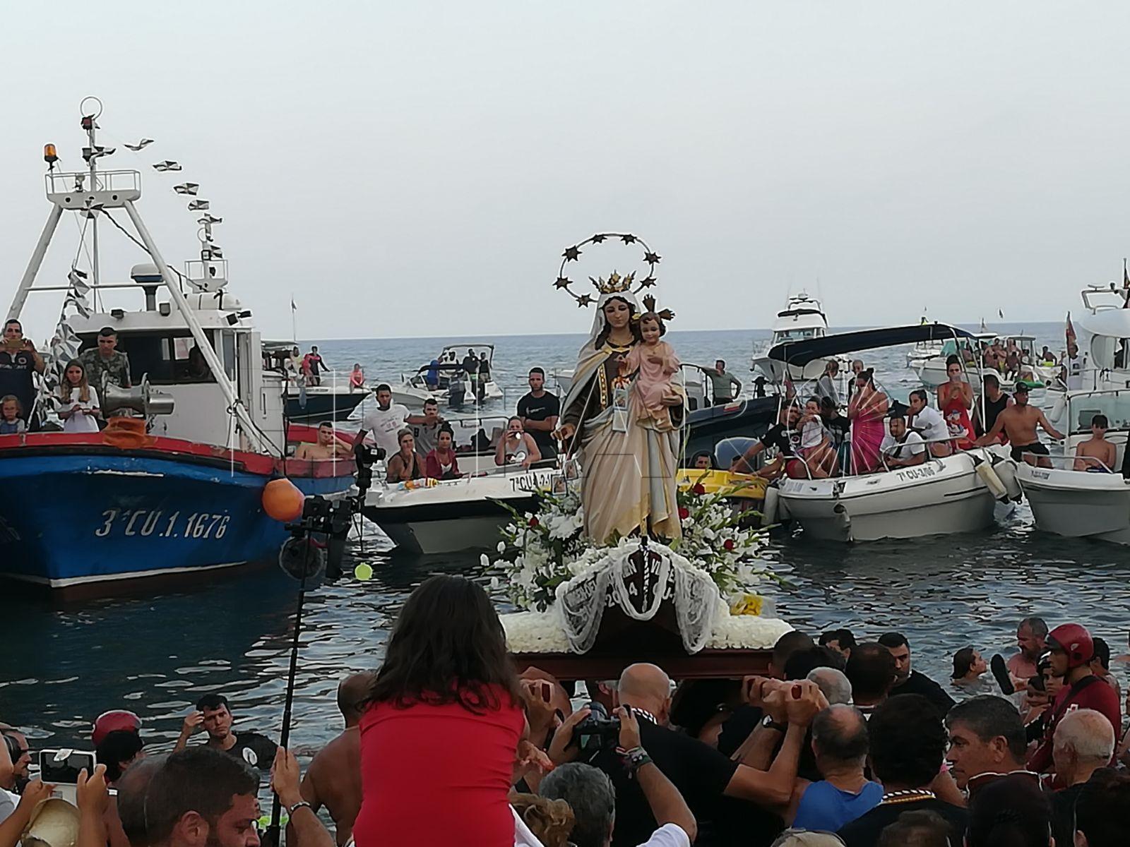 Emoción y devoción en la procesión de la Virgen del Carmen en la Almadraba