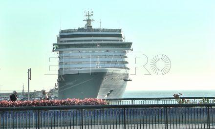 Un coloso atraca en Muelle España