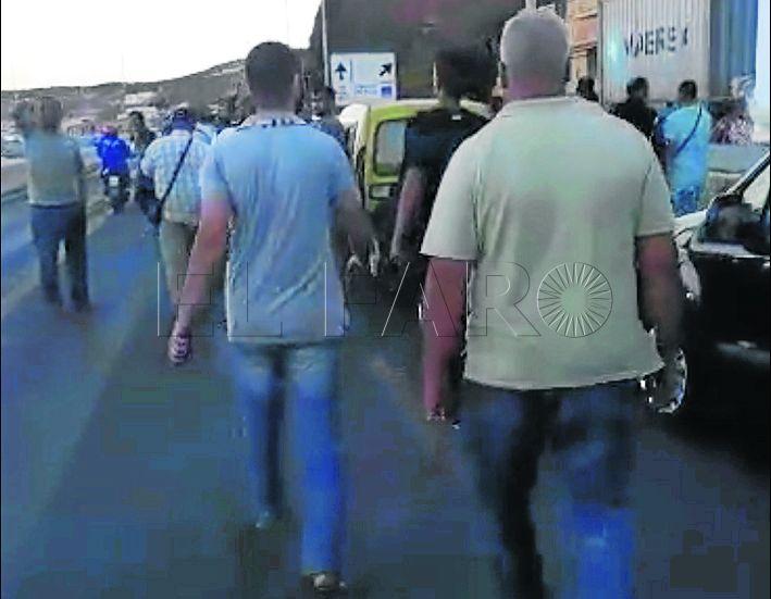 Decenas de conductores marchan a la frontera en pie de guerra por las colas