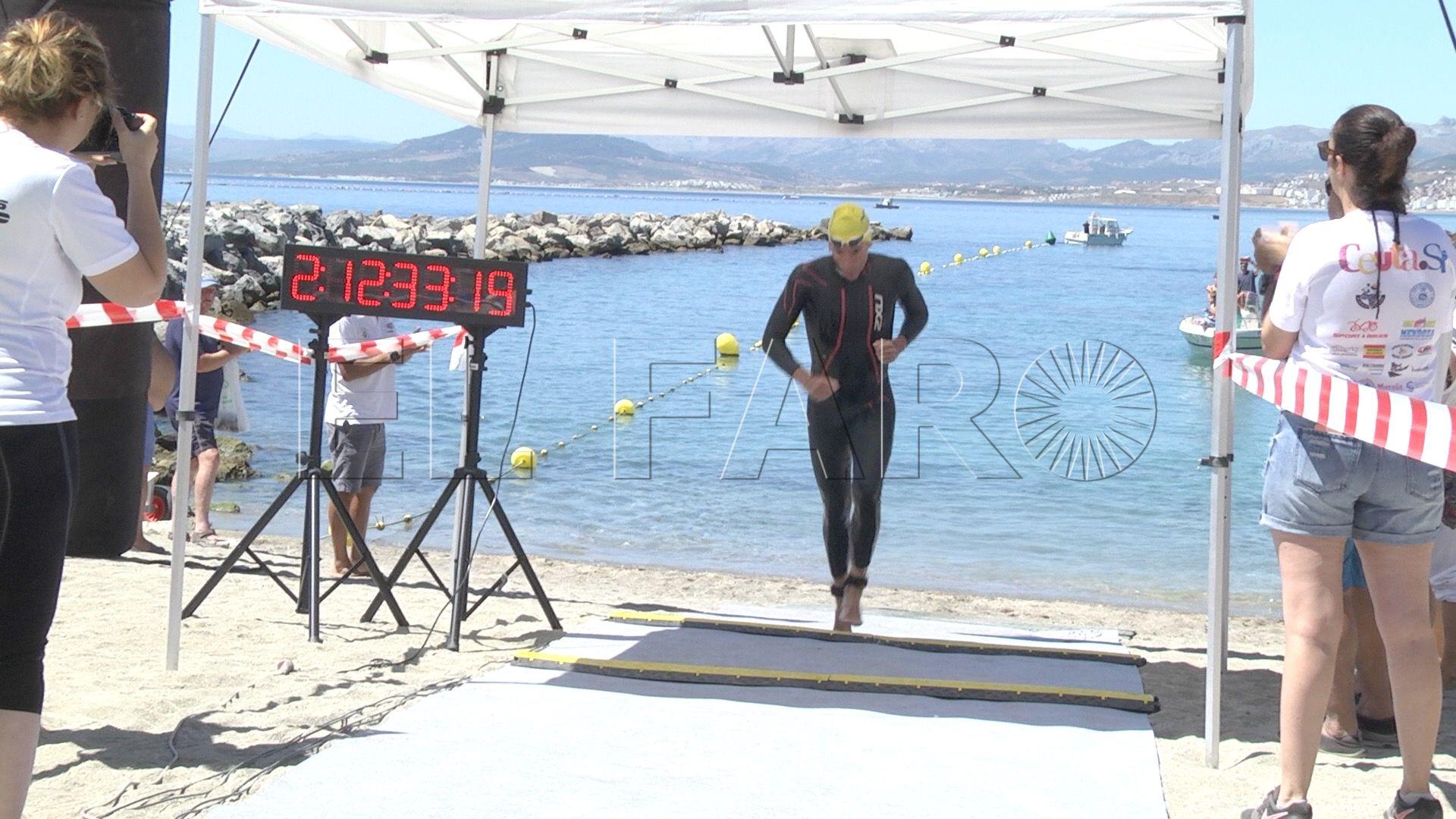 Miguel Bautista revalida el título en la Vuelta al Hacho a nado