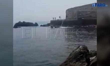 El piloto de una moto de agua abandona a dos inmigrantes en la playa de Juan XXIII