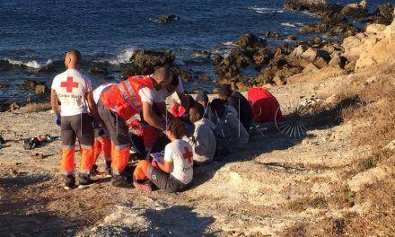 Un fallecido y 11 rescatados al ser abandonados por motos en Benzú