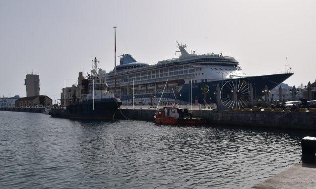 El 'Tui Discovery 2' ya ha desembarcado a sus turistas que recorren la ciudad a pie, en bici o en taxi