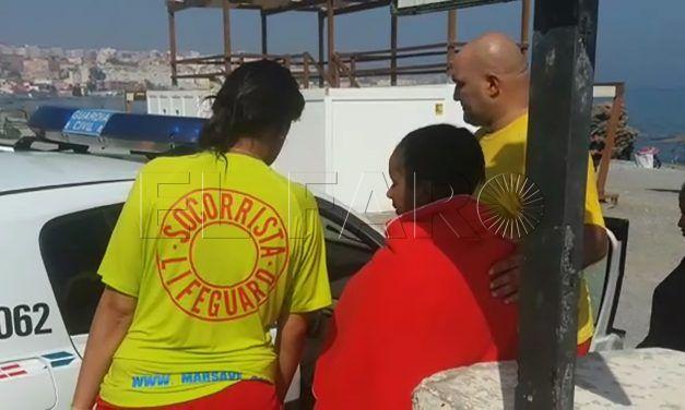 Dos subsaharianas dejadas en la playa del Tarajal por el piloto de una moto de agua