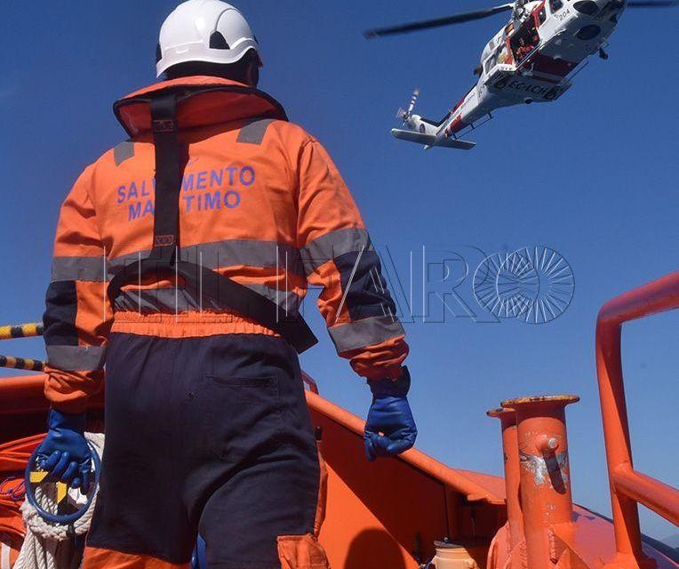 Denuncian la desaparición de tres personas tras un naufragio en el Estrecho